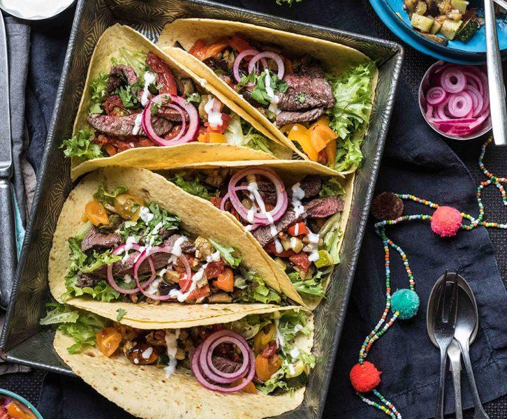Tacos mit Sommergemüse und Steakstreifen - ofengeröstete Ratatouille vom Blech