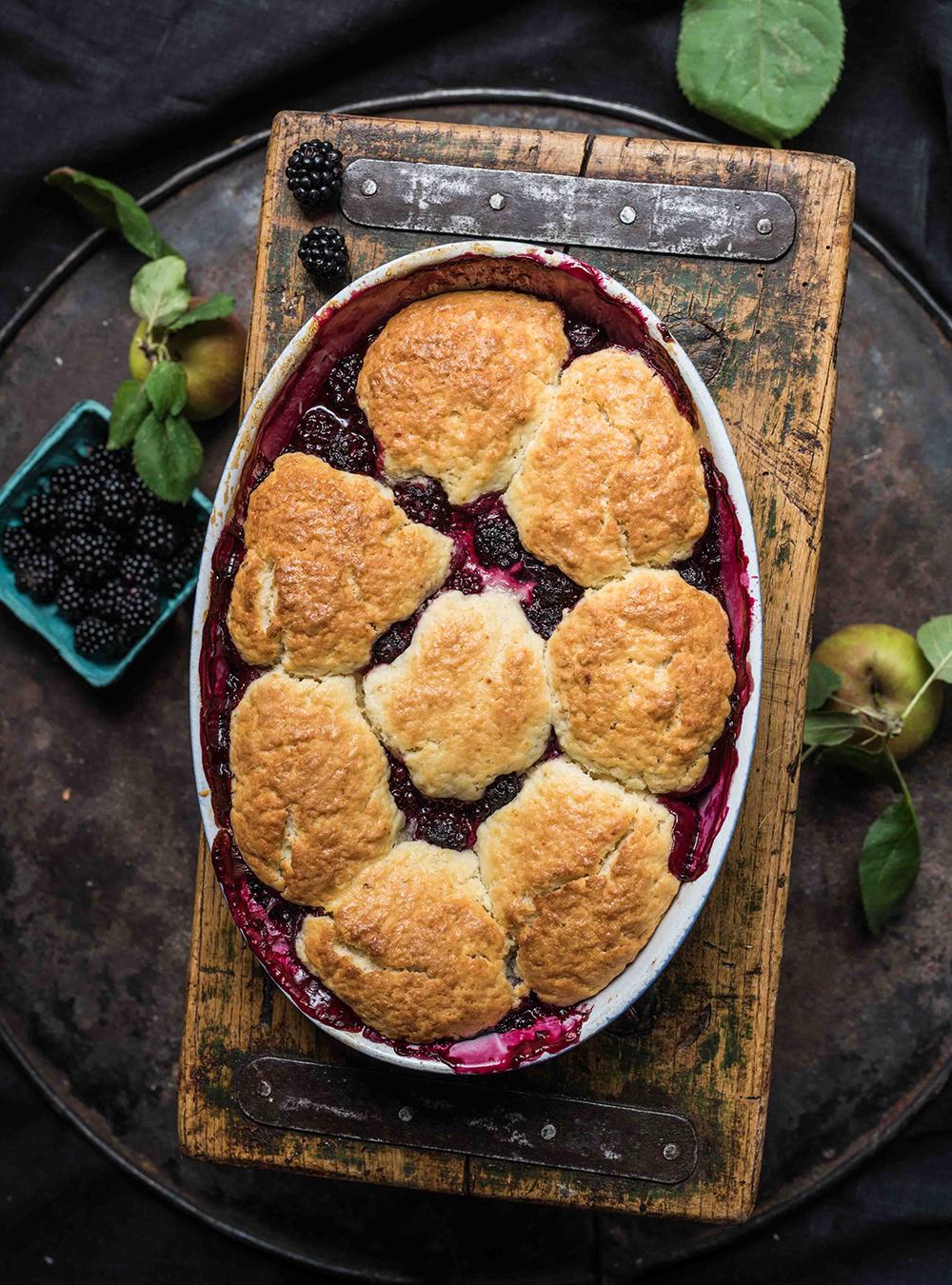 Beeren Cobbler aus Septemberfrüchten - Dark Berry Apple Cobbler - Fruchtiger Beeren Auflauf mit knusprigem Cookie Topping - Rezept mit und ohne Thermomix