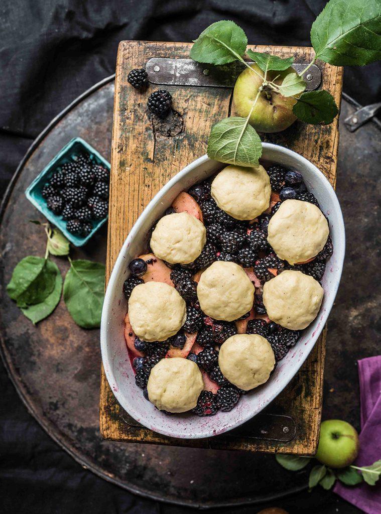 Beeren Cobbler aus Septemberfrüchten - Dark Berry Apple Cobbler - Fruchtiger Beeren Auflauf