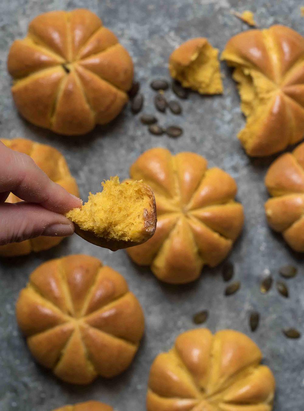 Weiche Kürbis Brötchen in Kürbisform - Pumpkin Rollsmit Kürbispüree
