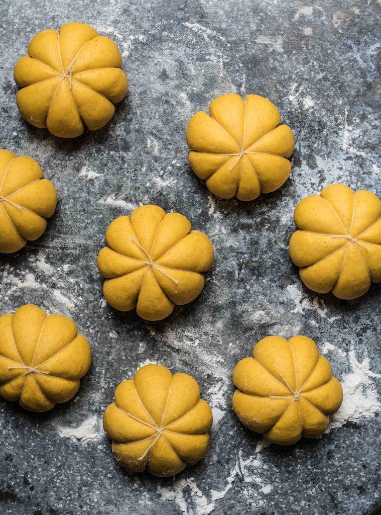 Weiche Kürbis Brötchen in Kürbisform - Pumpkin Rolls mit Kürbispüree