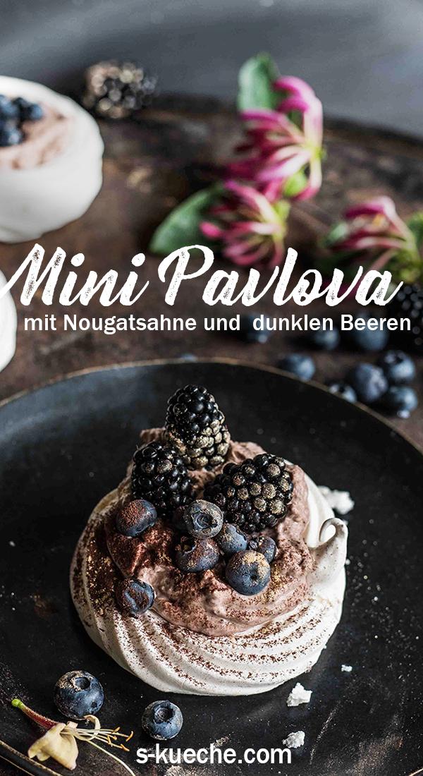 Mini Pavlovas mit Nougatsahne, Blaubeeren und Brombeeren
