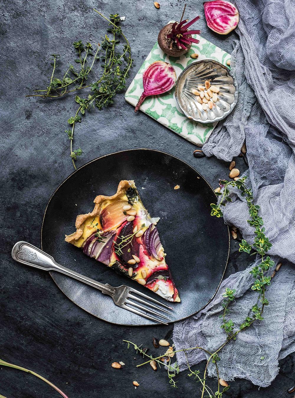 Bunte Bete Zwiebel Tarte mit Honigsenf Creme, mildem Ziegenkäse und Nussboden