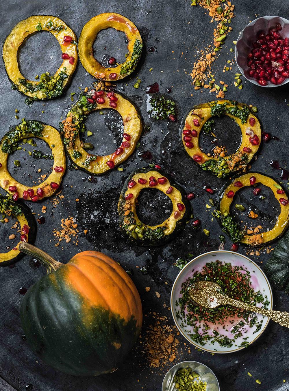 Acorn Squash - Festliche Eichelkürbis Kringel mit Pesto, fruchtiger Vinaigrette, Pistazien und Dukkah- Vorspeise und Beilage für herbst und Winter schnell und easy aus dem Ofen