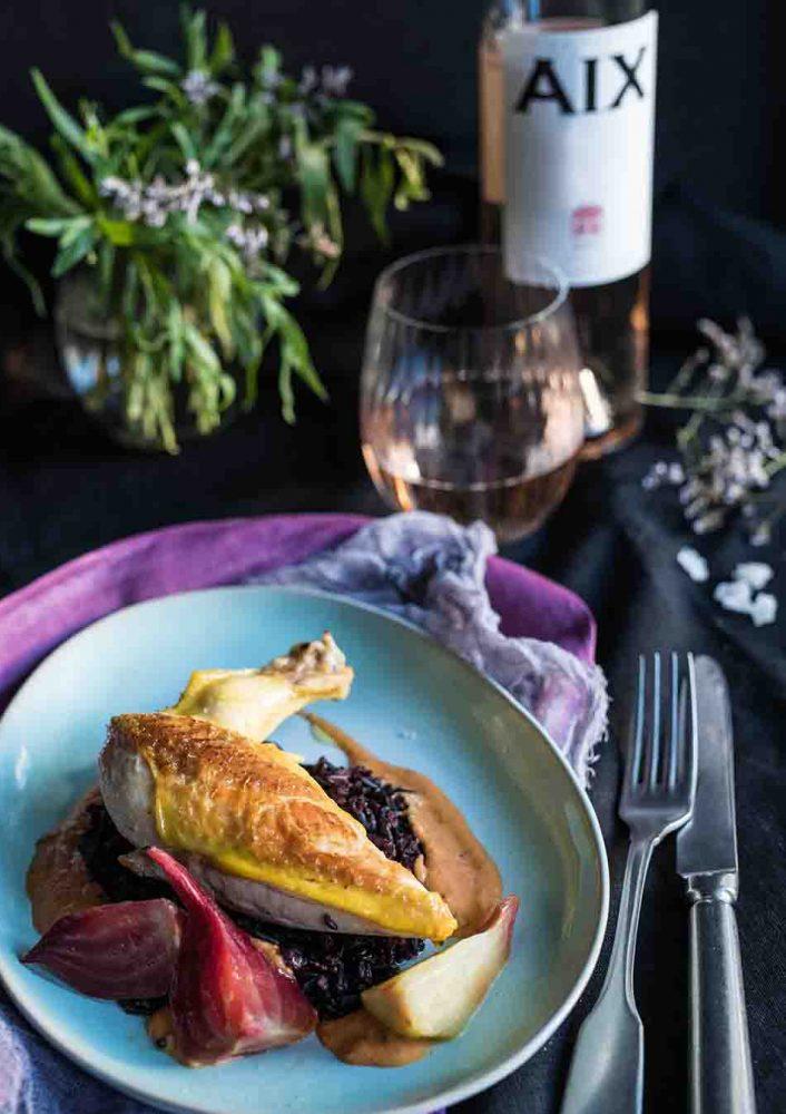Maishähnchen Suprême mit Estragonsenfcreme auf Schwarzem Reis - Frankreich einfach genießen - Saftige Hähnchenbrust auf Camargue Reis und bunter Bete