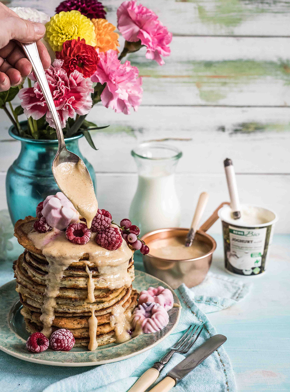 Milchcreme mit Joghurt Mohn Pancakes - Dulce de Leche oder Confiture de Lait aus frischer Bio Milch gekocht - Rezept für Frühstück und Dessert