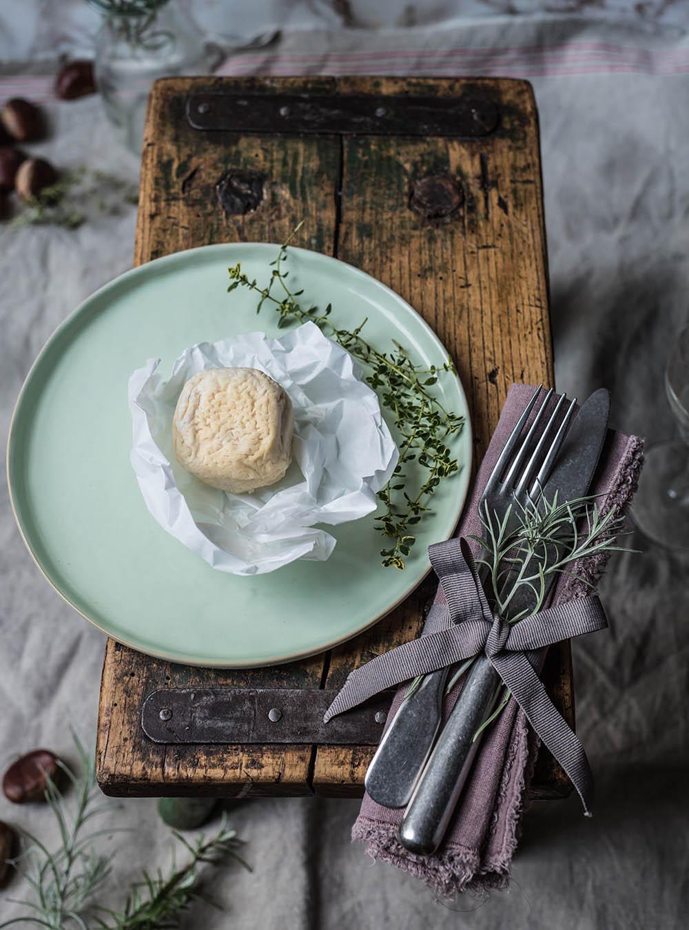 Perlhuhnbrust mit Marronen, Crottin de Chavignol A.O.P. gebackenem Ziegenkäsetaler und Rote Bete Sauce