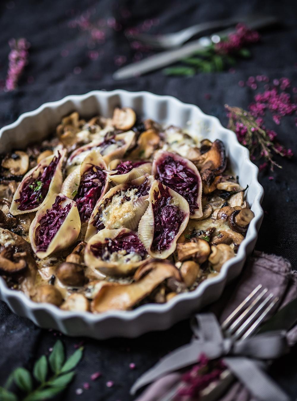 Gefüllte Conchiglioni mit Rotkohl und Pilzen