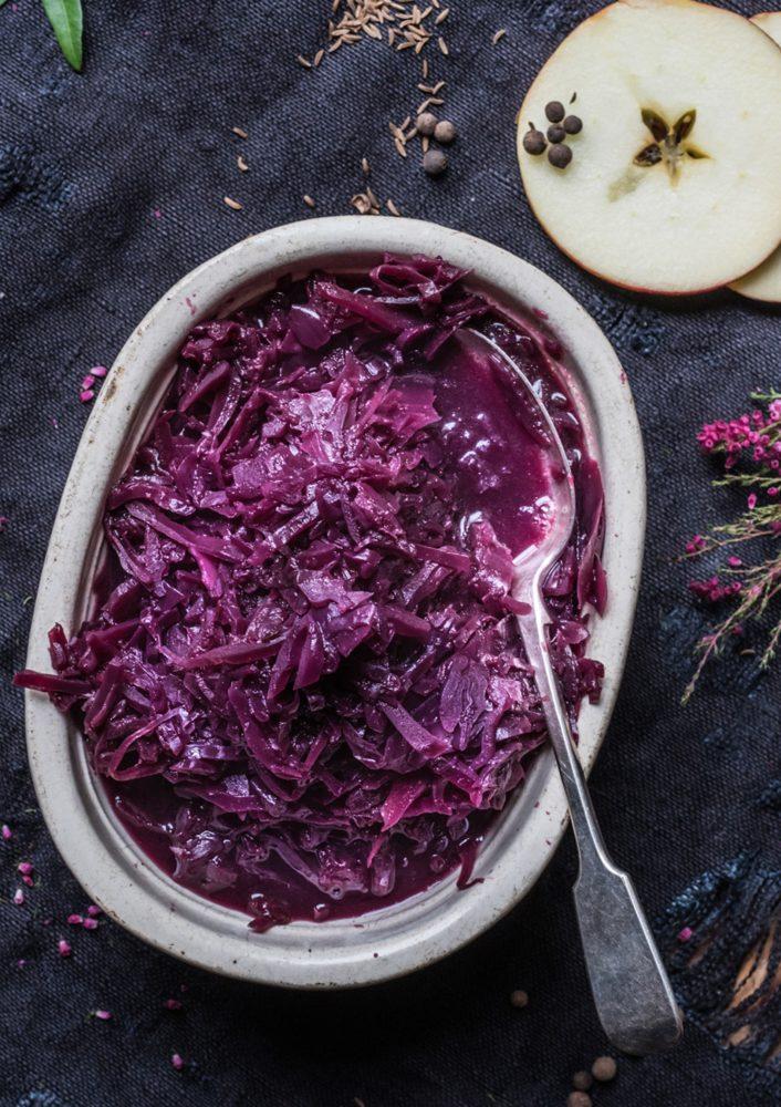 Unser allerbester klassischer Rotkohl ganz einfach und so lecker wie bei Oma gekocht. Festlich gewürzt, aus frischem Rotkohl mit Apfel