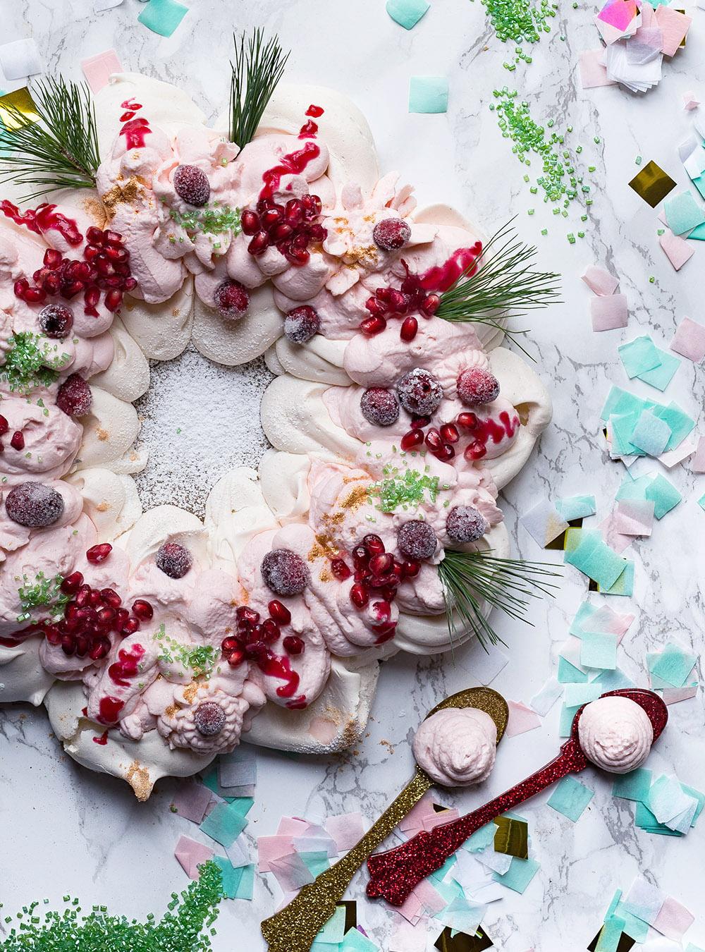 Festlicher Pavlova Kranz mit frischer Creme, Granatapfel und Cranberries