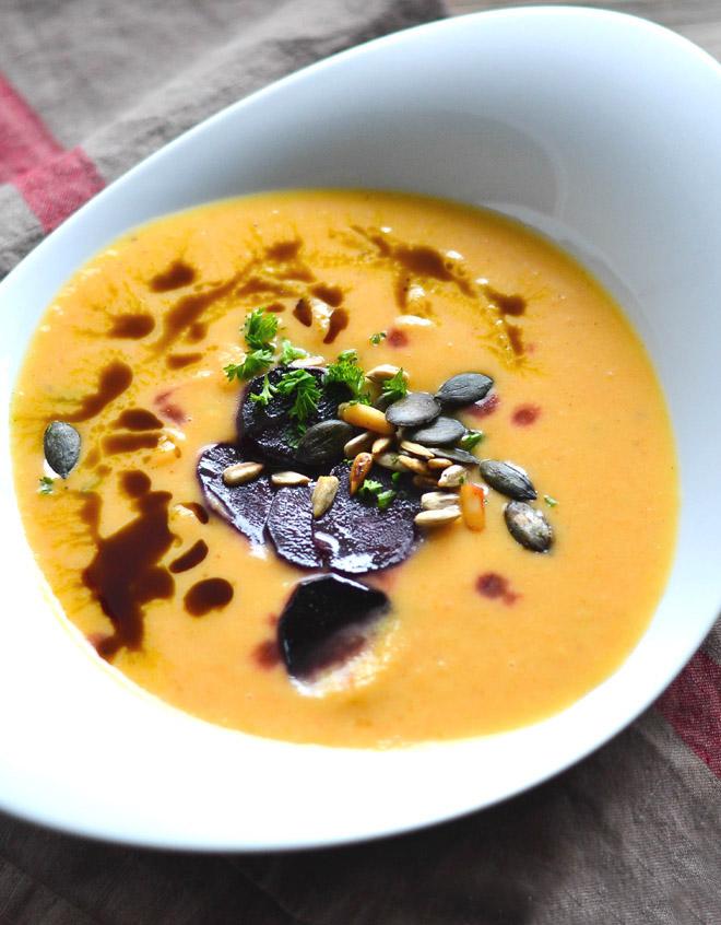 Suppe aus ofengeröstetem Gemüse mit Möhren und Pastinaken