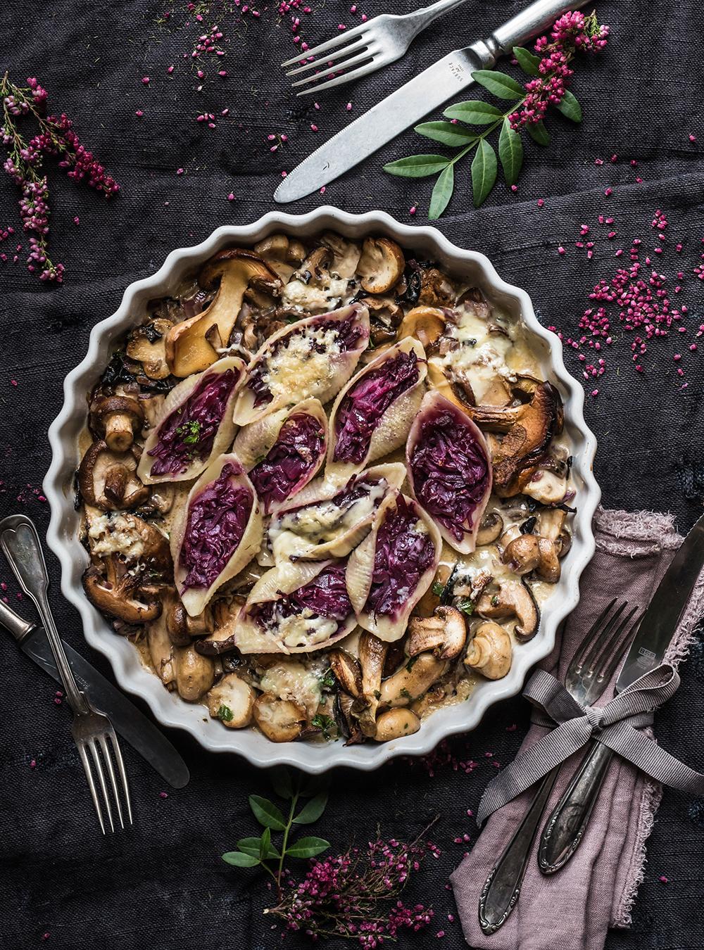 Conchiglioni mit Rotkohl und Pilzen