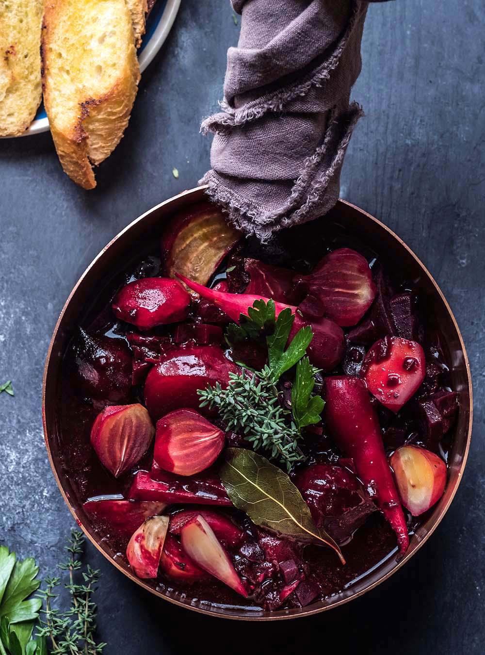 Beet Bourguignon - Rote Bete Schmortopf - Rezept für im Ofen geschmorten, kräftigen Gemüsetopf mit Pilzen und Kräutern - vegan und kalorienarm