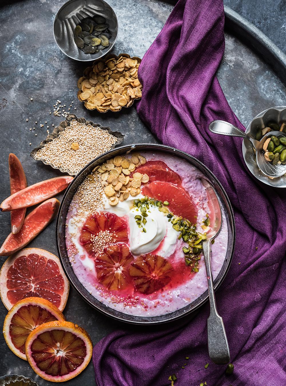 Frische Winter Protein Bowl mit Hafer und Blutorangen