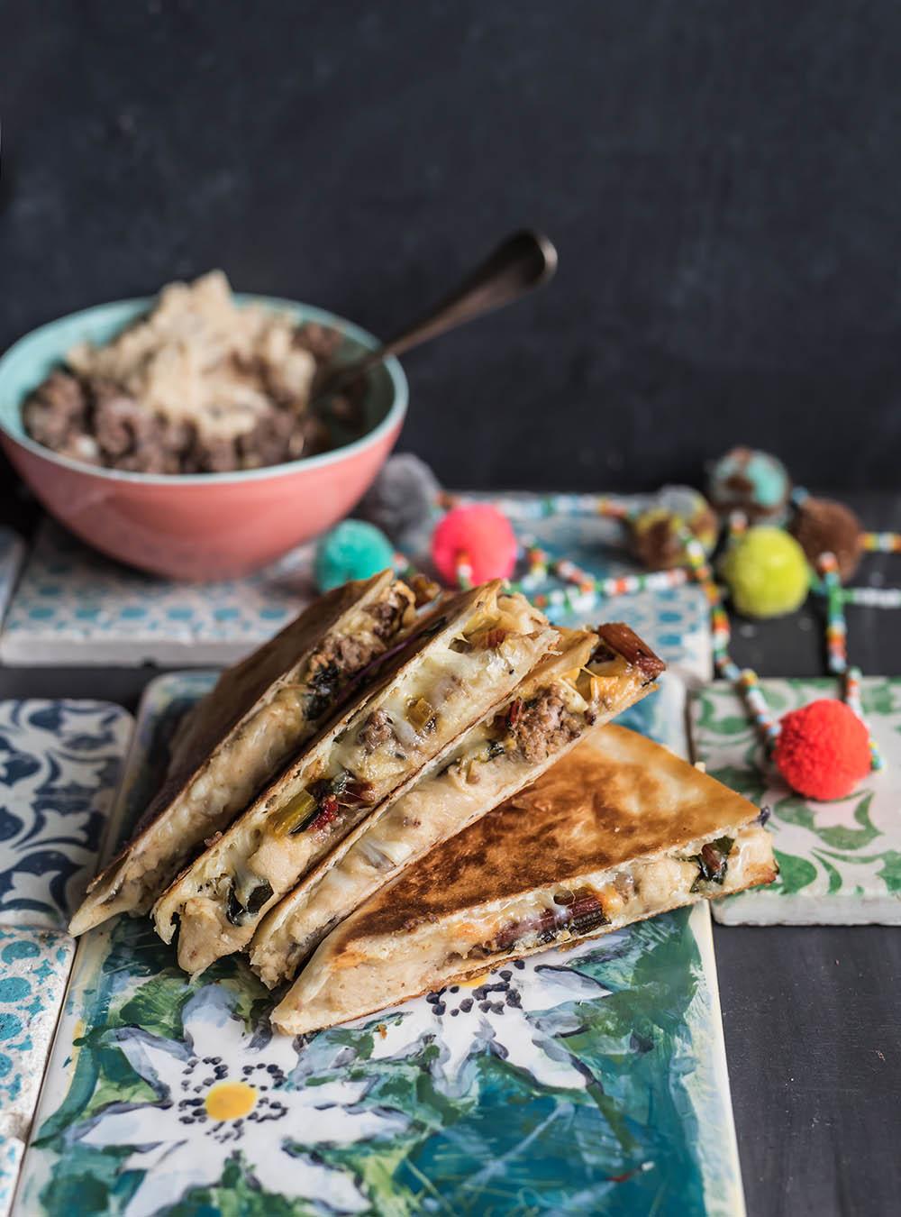 Bergkäse Quesadillas mit Mangold und Bohnenmus