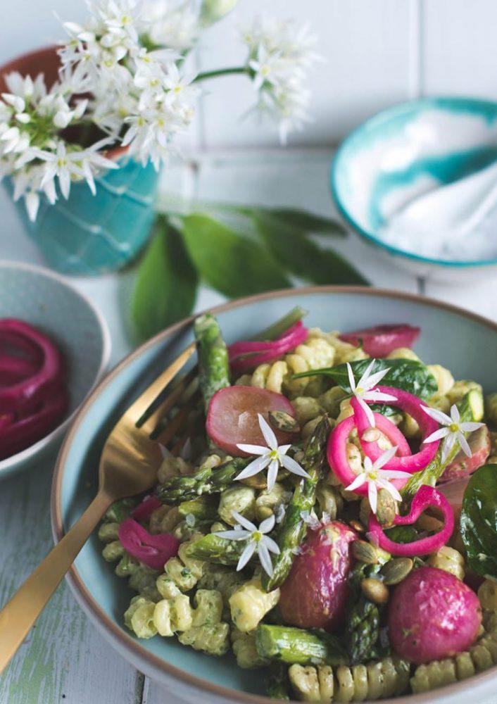 Frühlings-Nudelsalat, Spargel, Bärlauch, Blüten und pinke Zwiebeln - fröhliche Pasta, leuchtende Essigzwiebeln und geröstete Radieschen