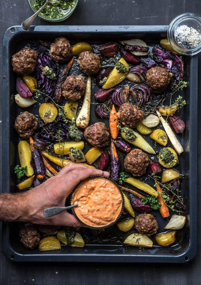Saftige gebackene Hackbällchen mit Wurzeln und Rüben aus dem Ofen