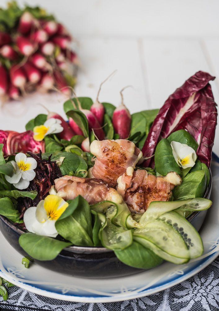 Gebackener Mozzarella im Speckmantel auf Salat. Rezept kann auch als Appetizer, Fingerfood angerichtet werden