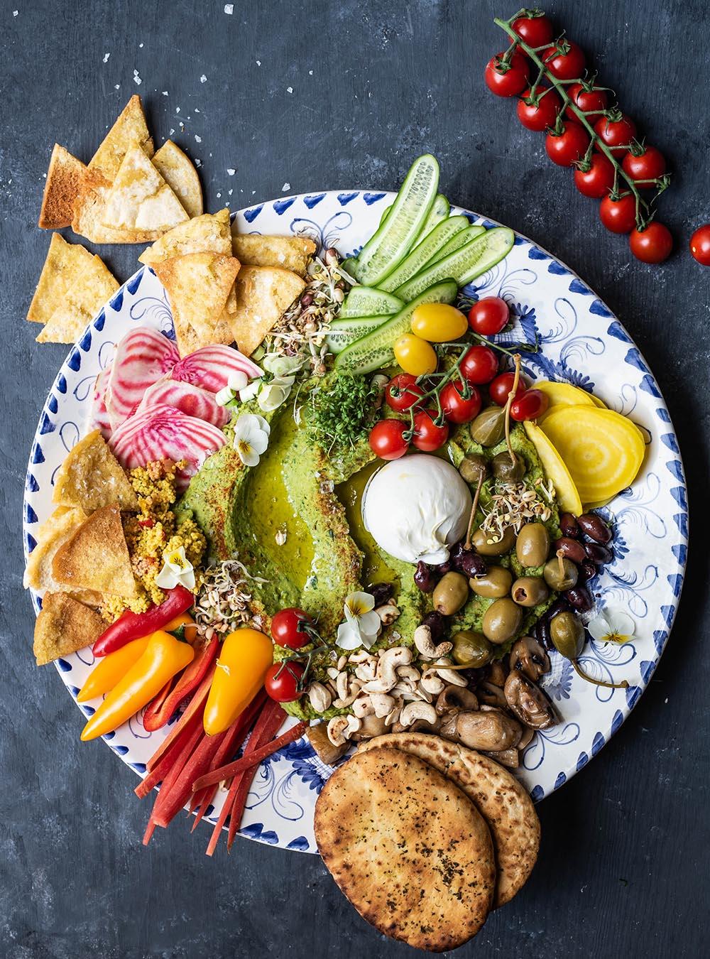 Bärlauch Hummus Platte mit vielen Gemüse Toppings