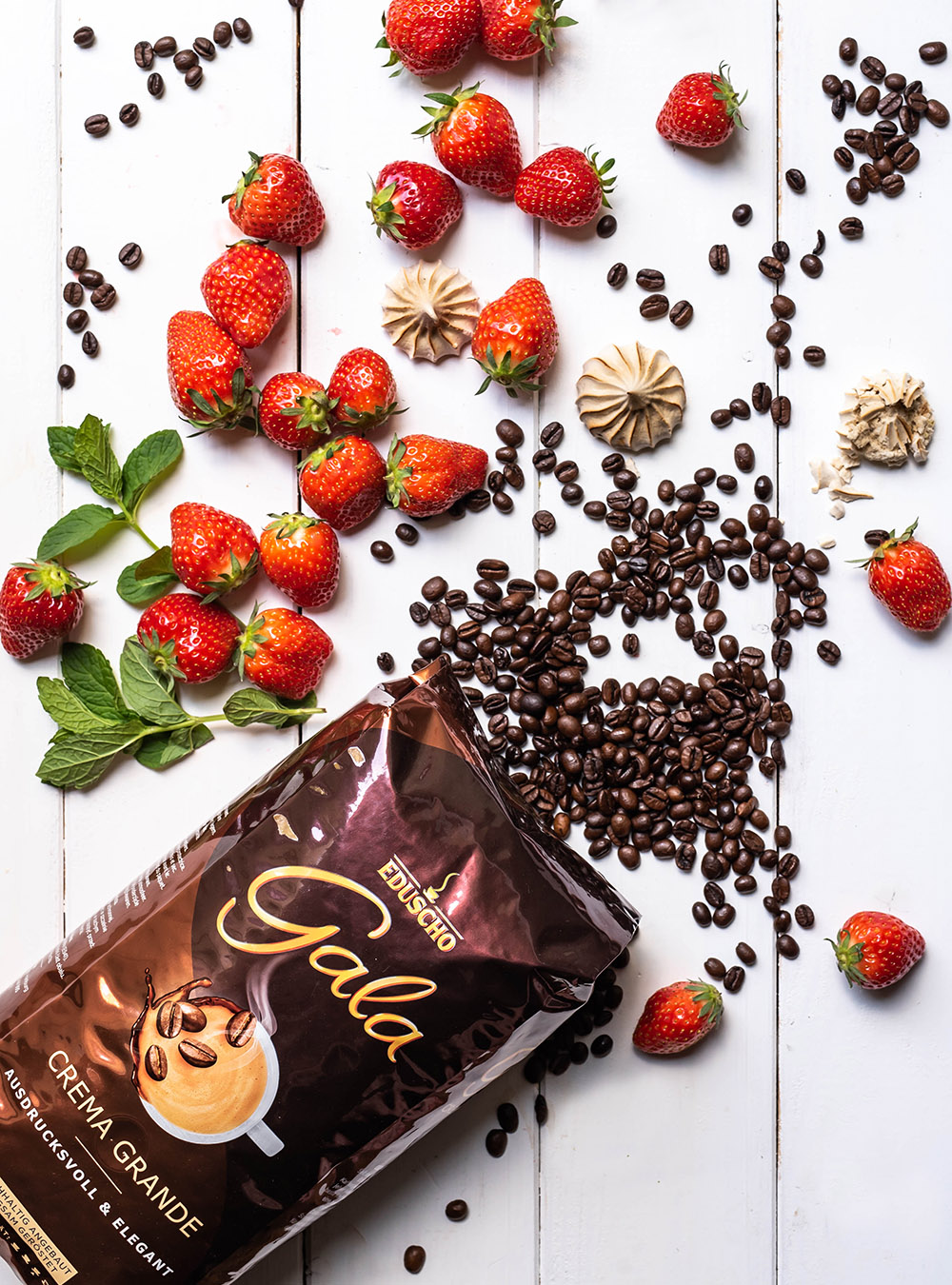 Eton Mess Frühlingskaffeeklatsch mit Erdbeeren und Kaffee-Baiser