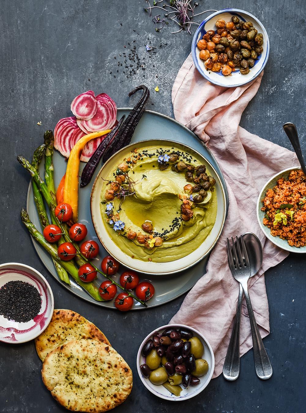 Sehr cremiger Erbsen Miso Hummus mit gerösteten Kichererbsen und Kapern