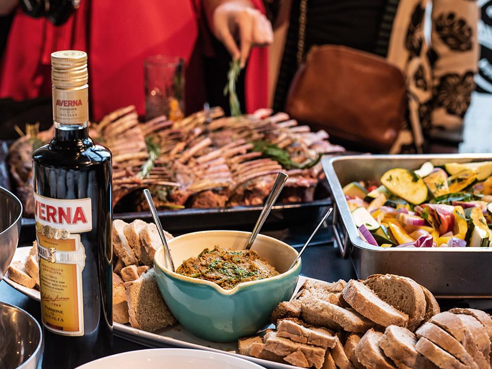 Bella Sizilia - Ein sizilianischer Sommerabend mit Averna, leben, lachen, genießen mit freunden auf italienisch, mit dem bittersüßen Amaro - Dinner Time auf Sizilien #averna #digestif #italien #drink