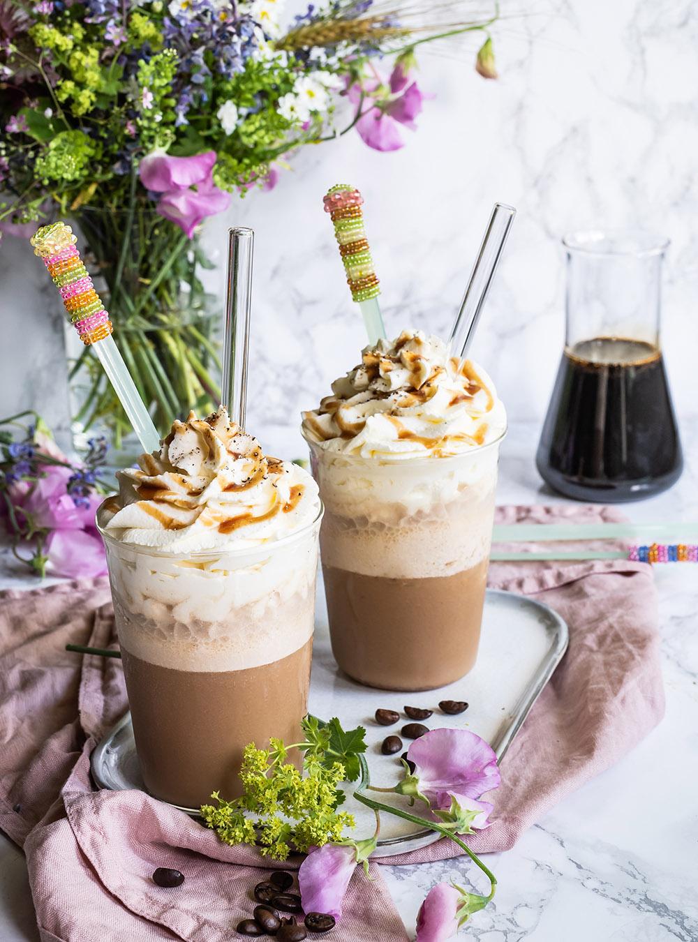 Frappé aus frisch gebrühtem Espresso mit Kaffeesirup