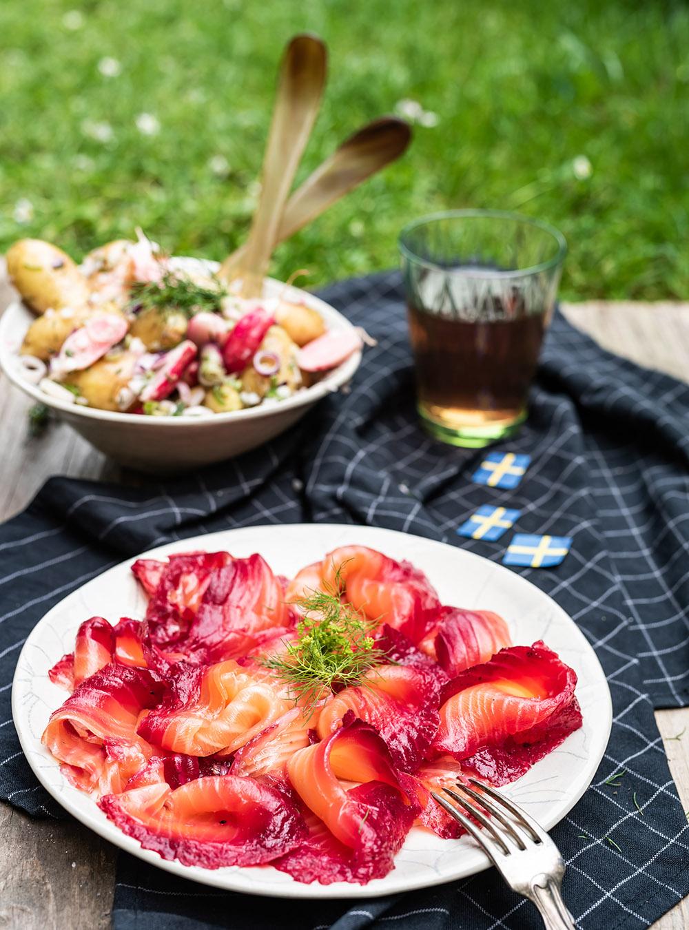 Gravad Lachs mit Rote Bete zu schwedischem Kartoffelsalat - Midsommar Picknick in Schweden