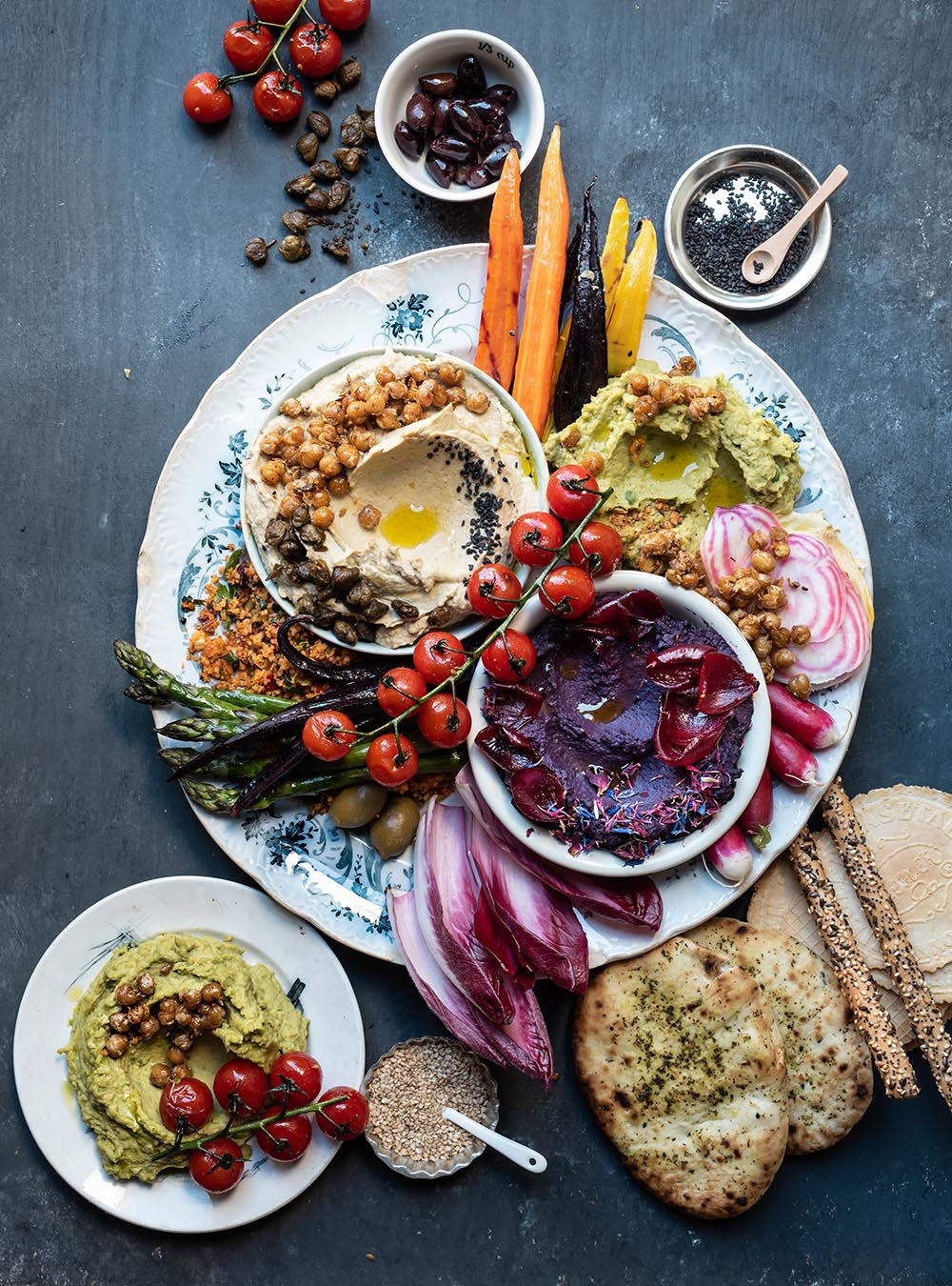 Hummus Platte mit 3 Sorten Hummus und vielen Extras - Loaded Hummus Platter - s-Küche