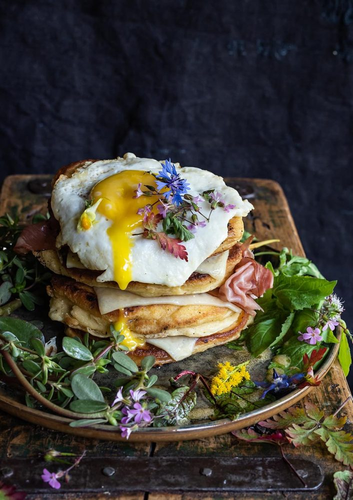 Buttermilch Pancakes mit Bergkäse und Wildkräutersalat