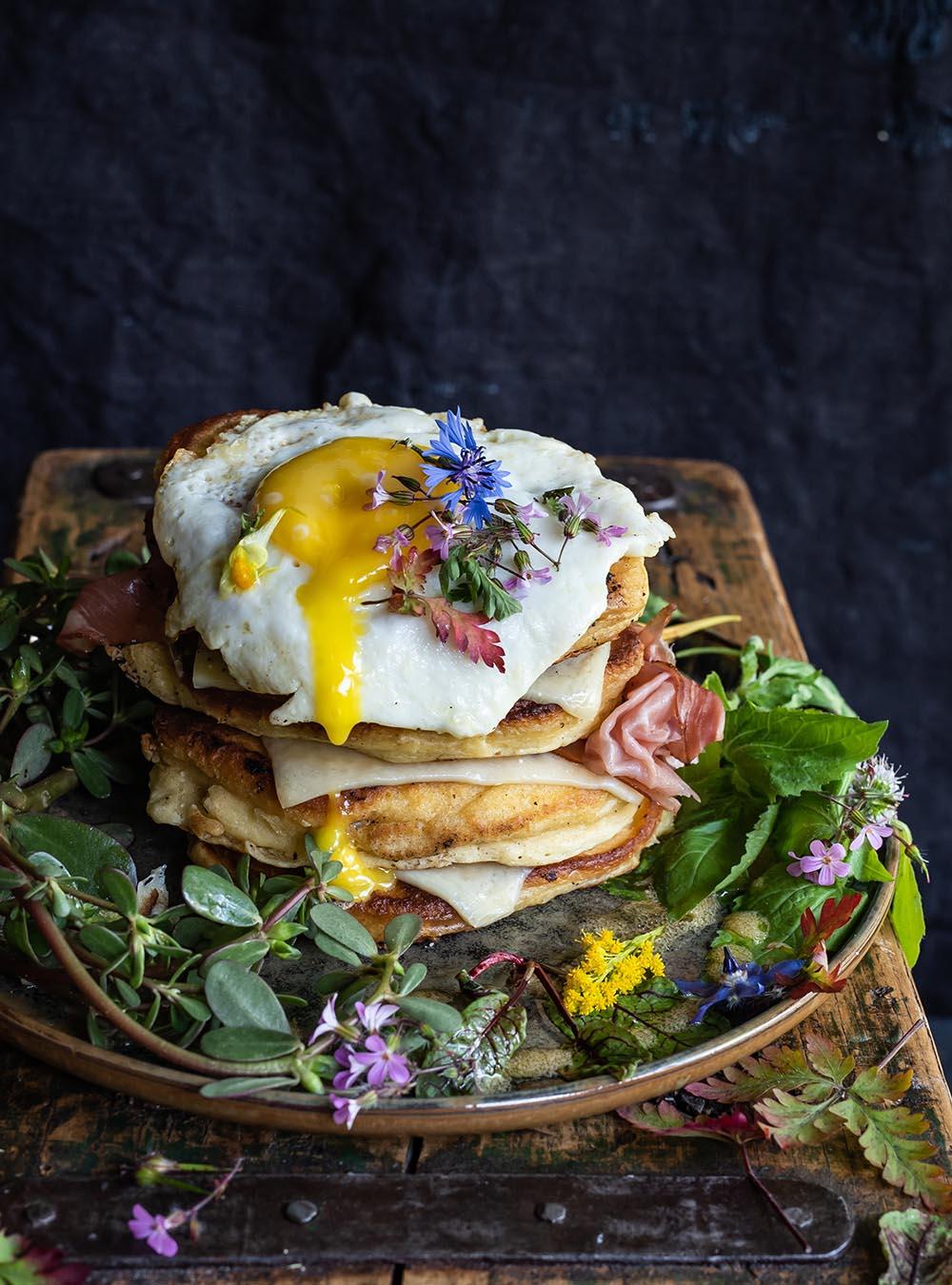Buttermilch Pancakes mit Tiroler Bergkäse g.U.und Wildkräutersalat - Rezept für die besten, fluffigsten und dicksten Pancakes, die ich je gemacht habe, mit würzigem Käse und selbstgesammelten Kräutern . #pancakes #käse #bergkäse #rezept #tirol #frühstück