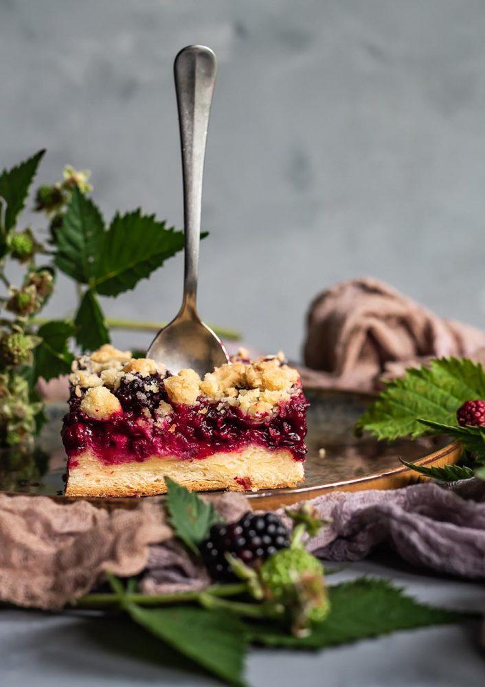 Rezept für super saftigen Brombeerkuchen mit Zwillingsteig dem idealen Teig für Obstkuchen.