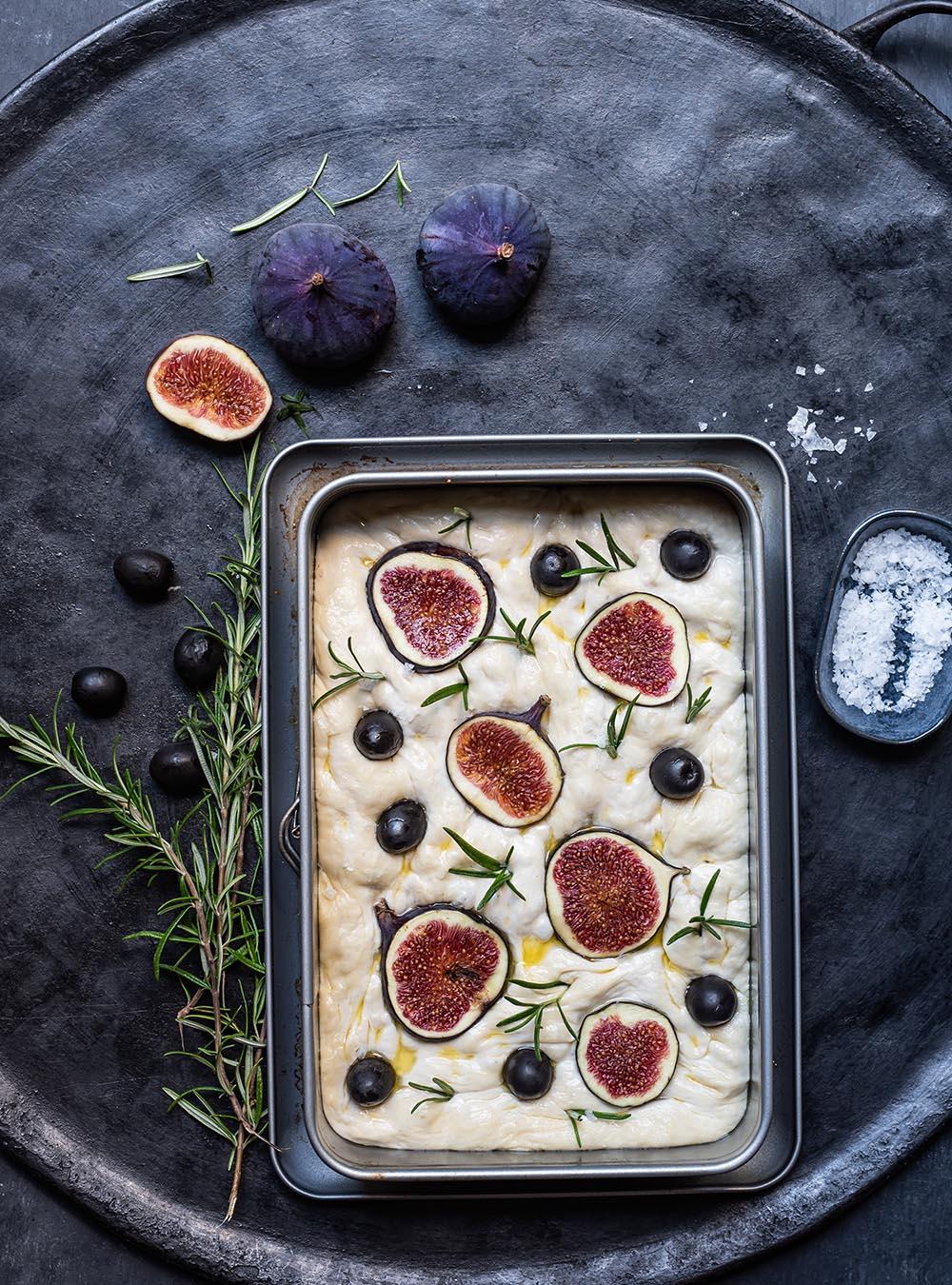 Focaccia mit Feigen belegt wartet auf den Ofen