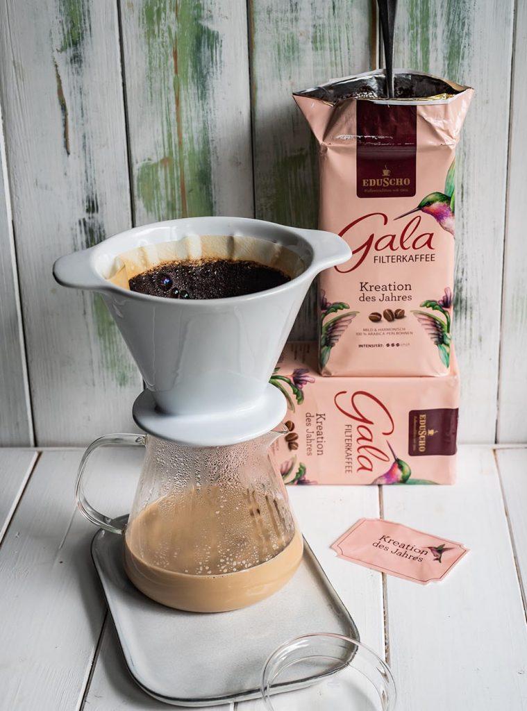 Frisch aufgebrühte Kaffeemilch für Kaffeecreme