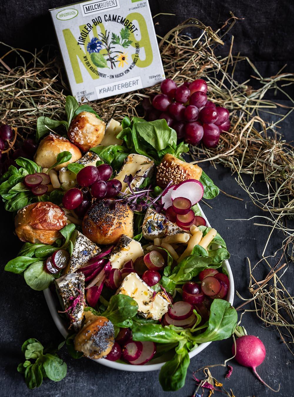 Heumilch Camembertsalat mit Aprikosendressing und Laugengebäck