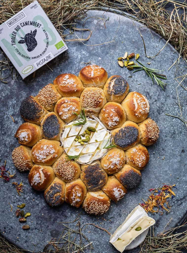 Rezept für geschmolzenem Heumilch Ofen Camembert mit Laugengebäck
