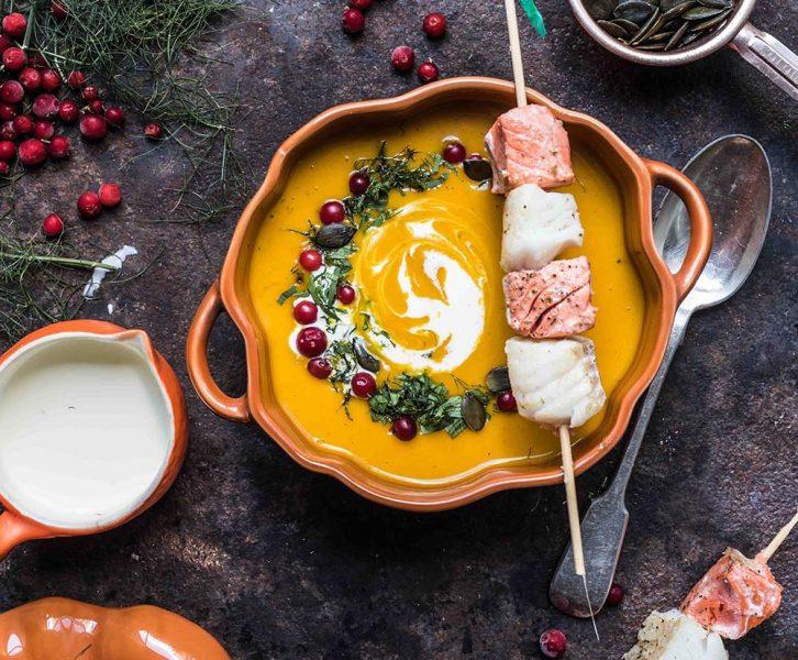Kürbissuppe mit Orangen-Curry und Lachs-Kabeljau-Spieß