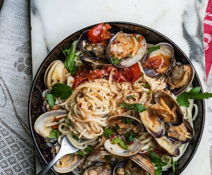 Spaghetti alle Vongole - der schnelle Klassiker mit Venusmuscheln. Italiens bestes Pasta Gericht mit Muscheln und Tomaten ganz einfach zubereitet #spaghetti #pasta #vongole #rezept #italiancooking