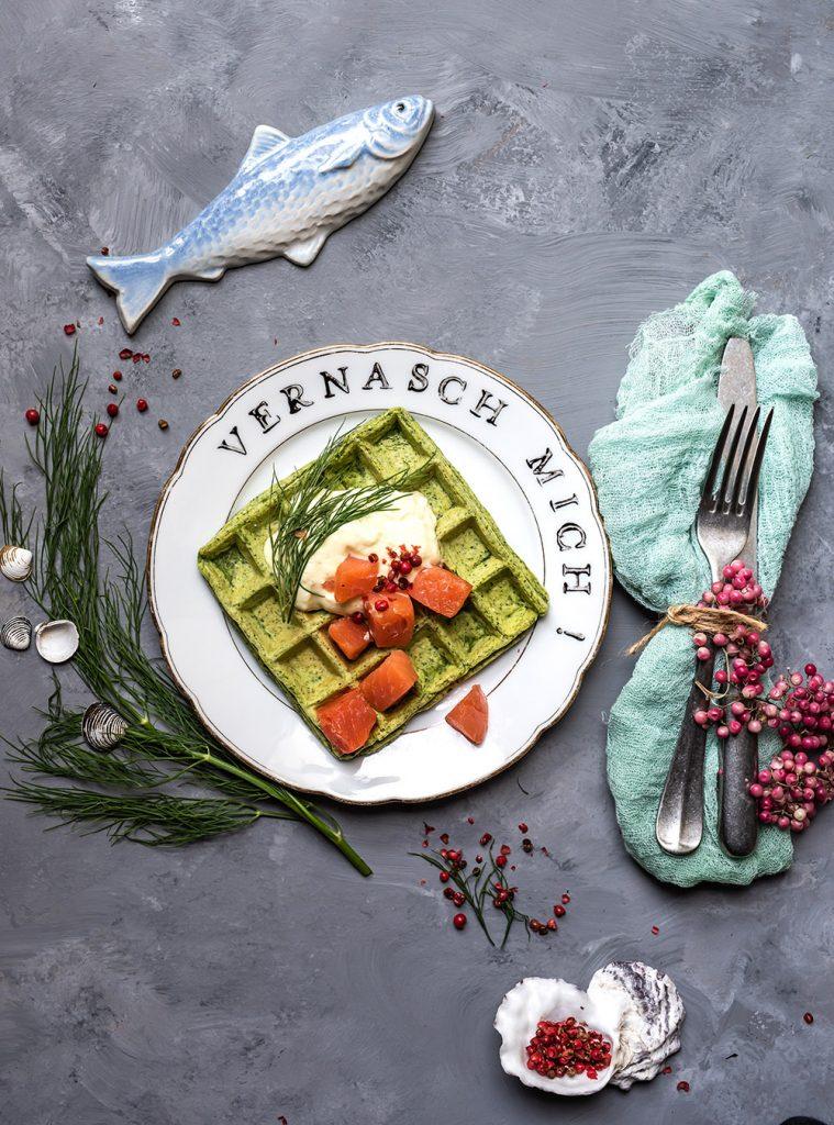 Kartoffel Kräuter Waffeln mit sanft geräucherten Alaska Wildlachs Würfeln und Meerrettichdip, leichte Vorspeise, Frühstück, Brunch, Feste, Feiern oder einfach zwischendurch