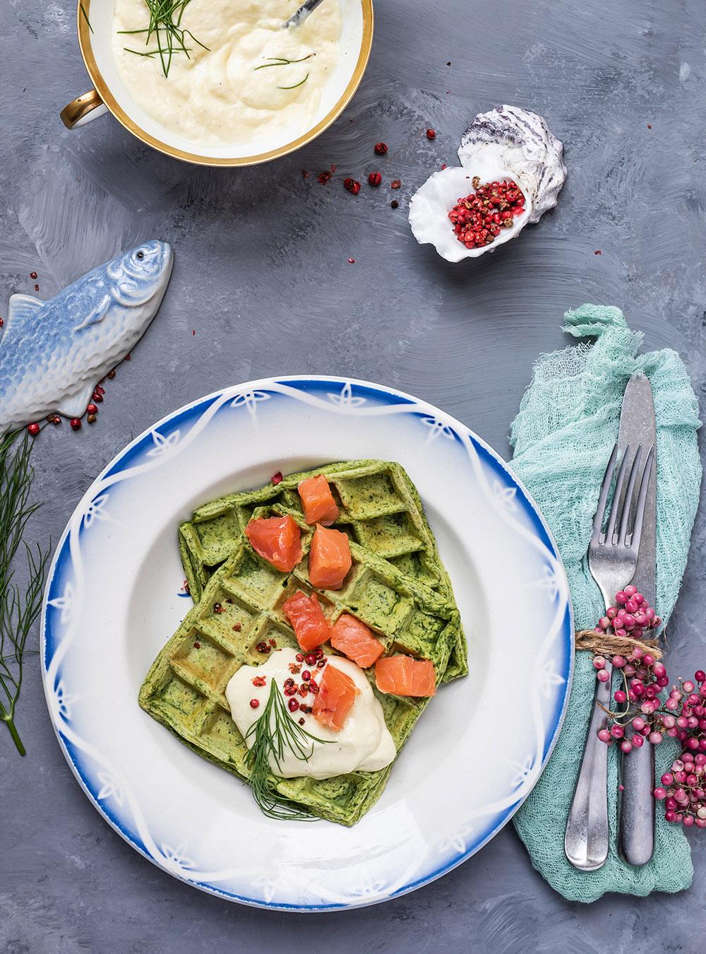 Kartoffel Kräuter Waffeln mit sanft geräucherten Alaska Wildlachs Würfeln und Meerrettichdip, leichte Vorspeise, Frühstück, Brunch, Feste, Feiern oder einfach zwischendurch #waffeln #kartoffelwaffeln #rezept #räucherlachs #vorspeise #frühstück #brunch