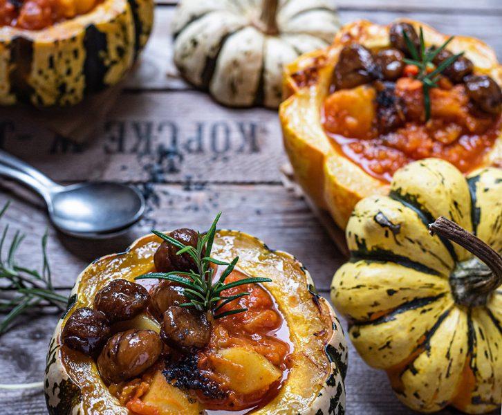 Kürbis Kartoffel Gulasch mit glasierten Maronen im Ofenkürbis serviert