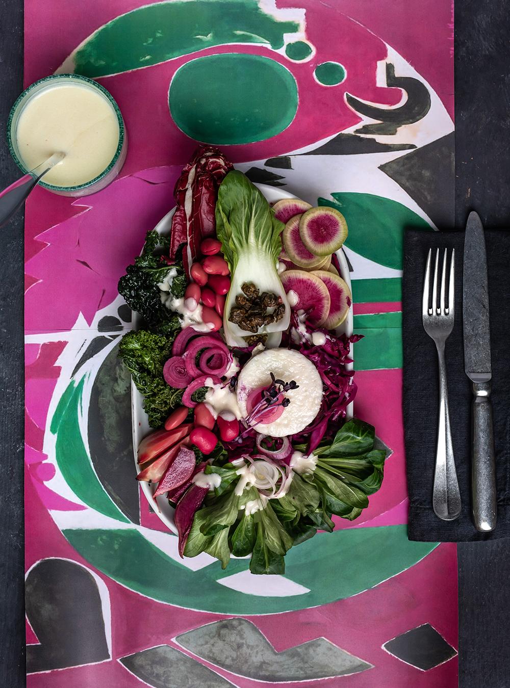 Purpur-grüner Wintersalat mit Misodressing - Palingenesis, Lee Krasner Food zur Ausstellung in der Schirn Kunsthalle, Salat und Kunst, so schmeckt ein Bild #salat #wintersalat #rotebete #grünkohl #gesund #abnehmen #kalorienarm #rezept #miso #misodressing