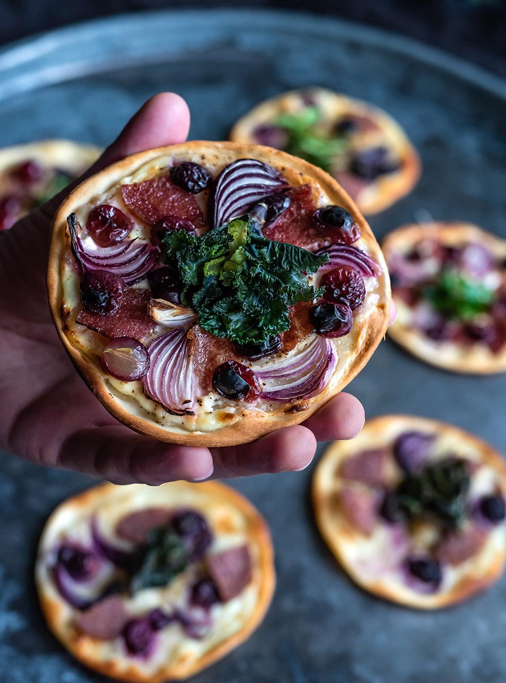 Mini Flammkuchen mit PICK Salami, Weintrauben und Flower Sprouts