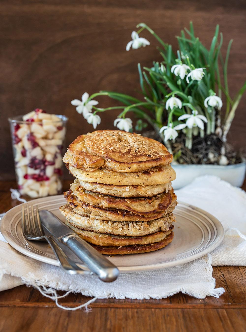 Bircher Müsli Pancakes fluffig weich, mit Hafer Müsli, frischem Obstsalat und Joghurt