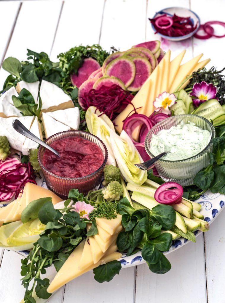 Heumilch Käseplatte mit frischem Gemüse und Salat der Saison - #sennermeetsblogger am Wilden Kaiser