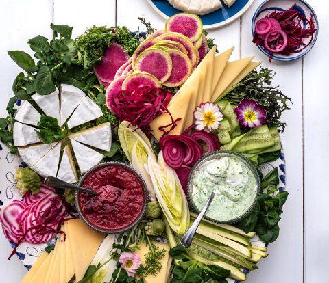 Heumilch Käseplatte mit frischem Gemüse und Salat der Saison - #sennermeetsblogger am Wilden Kaise