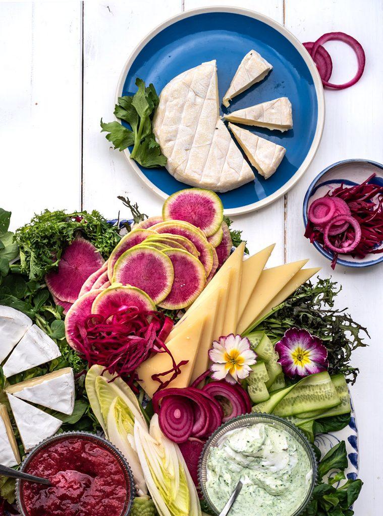 Heumilch Käseplatte mit frischem Gemüse und Salat der Saison