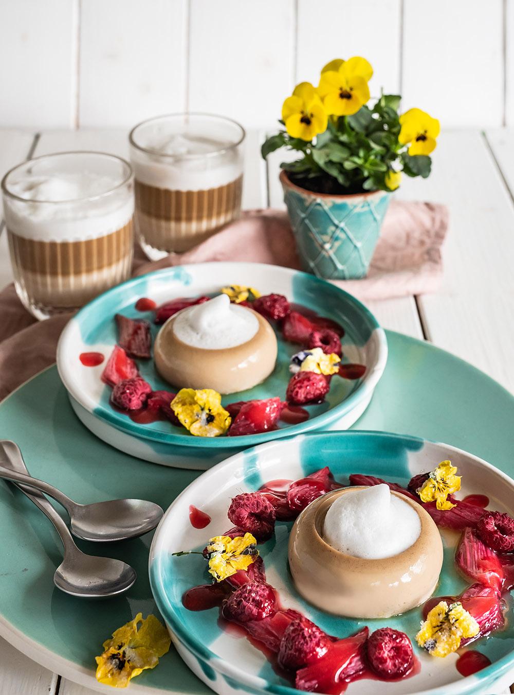 Kaffee Panna Cotta mit mit Vanille-Milchschaum und Rhabarber