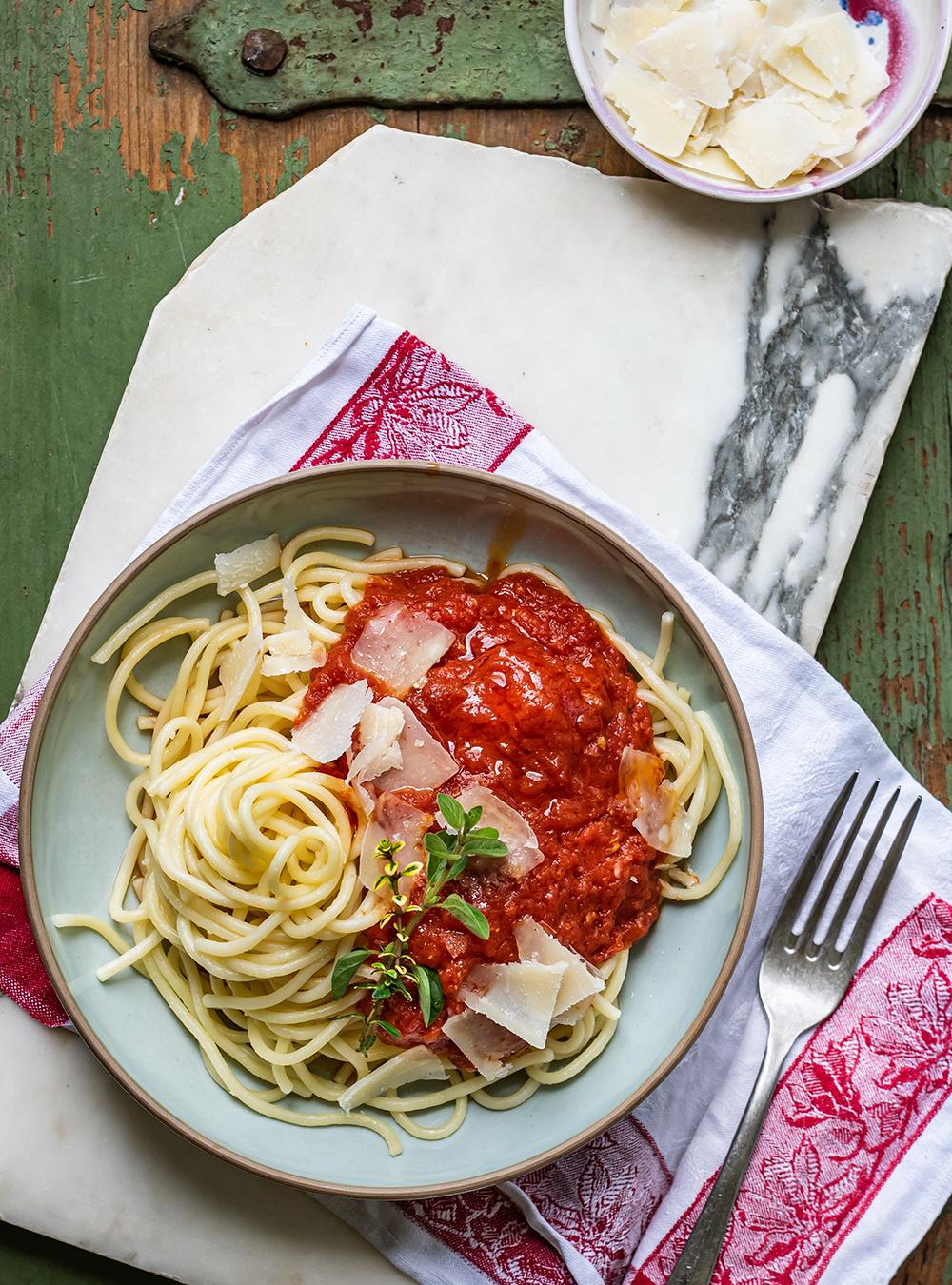7 Tage - 7 geniale Rezepte für Spaghetti mit Tomatensauce. Heute mit Butter und Zwiebeln von Marcella Hazan, eine der schnellsten und besten Pastasaucen
