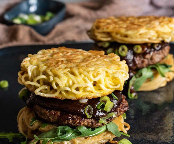 Original Ramen Burger mit Frühlingslauch